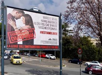 Distratti dall'epidemia, intanto ci impongono il bavaglio dell'omofobia