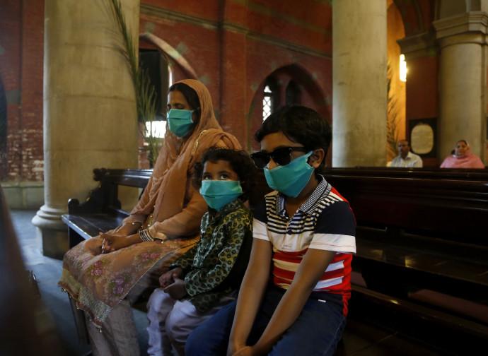 Famiglia in chiesa durante la pandemia