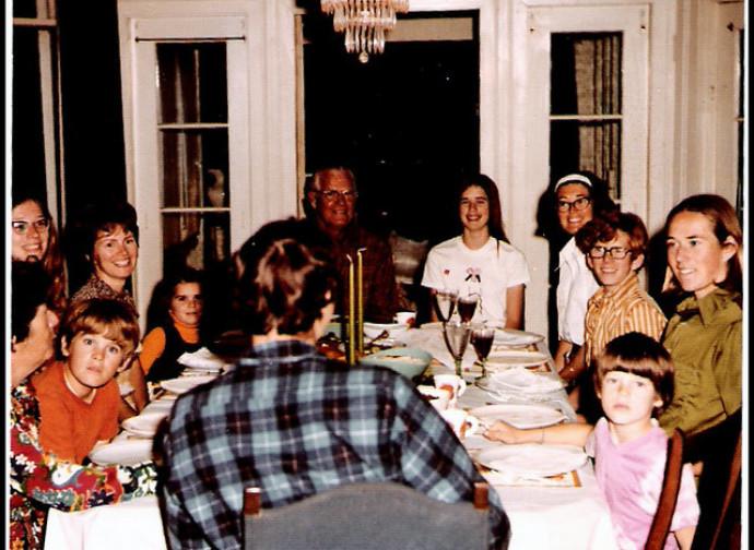 Famiglia a tavola (negli anni 70)