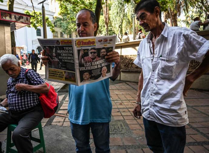 Colombia, cittadini leggono preoccupati la notizia della ripresa della lotta armata