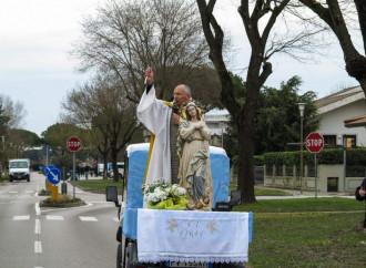 Il prete in Apecar per chi paga il prezzo più alto: gli anziani
