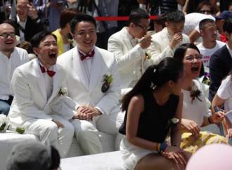 """Primo giorno di """"nozze"""" gay a Taiwan. E' boom."""