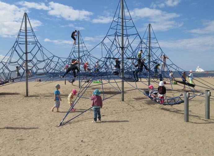 Finlandia, bambini giocano sulla spiaggia a Oulu