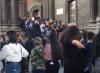 La fila fuori da una chiesa