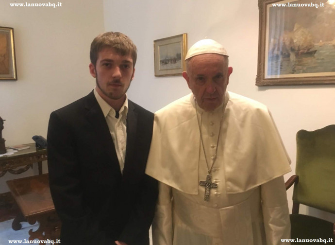 Thomas bacia l'anello di Papa Francesco alla fine dell'incontro (foto La Nuova BQ)