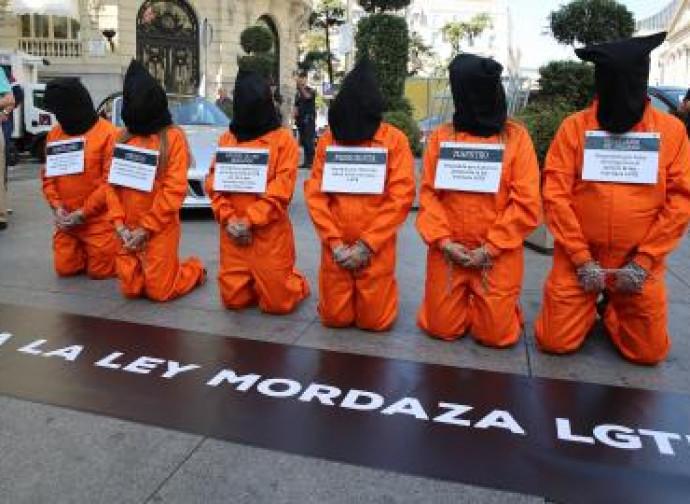 I militanti di HazteOir vestiti da prigionieri di Guantanamo