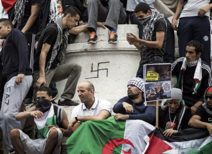 Manifestazione musulmana e simboli nazisti