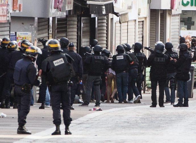 Polizia francese in un quartiere islamico
