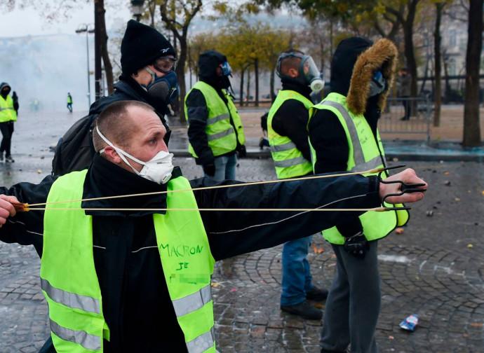 Gilet gialli, gli scontri a Parigi