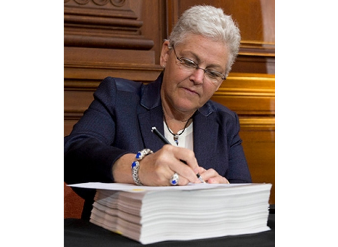 Gina McCarthy (Epa) firma il Clean Power Plan