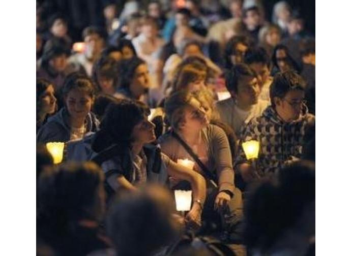 Giovani durante una fiaccolata di preghiera