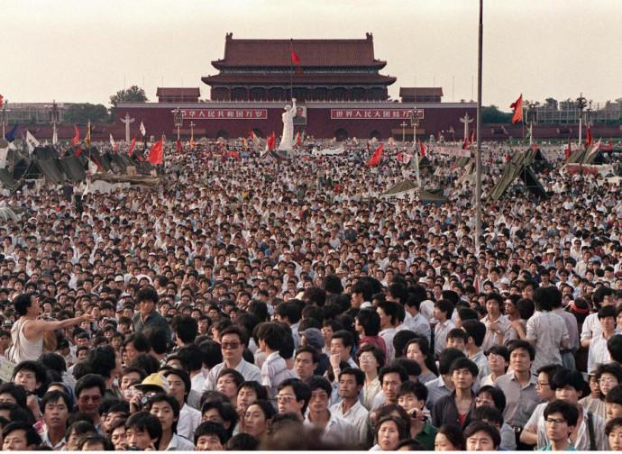 La piazza piena di manifestanti e la statua della Dea della Democrazia