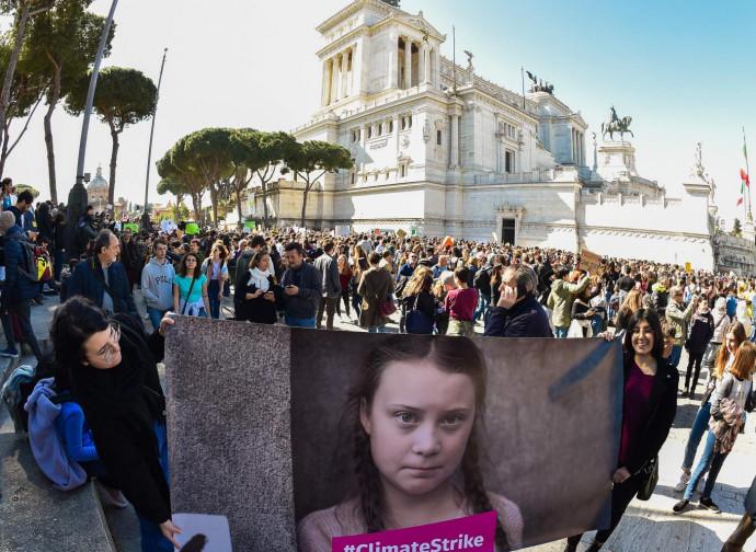 Il poster di Greta nella manifestazione di Roma