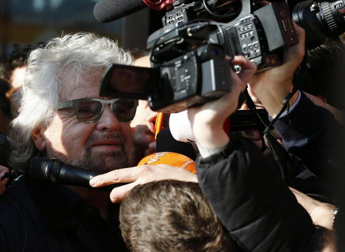 Beppe Grillo assediato dai giornalisti