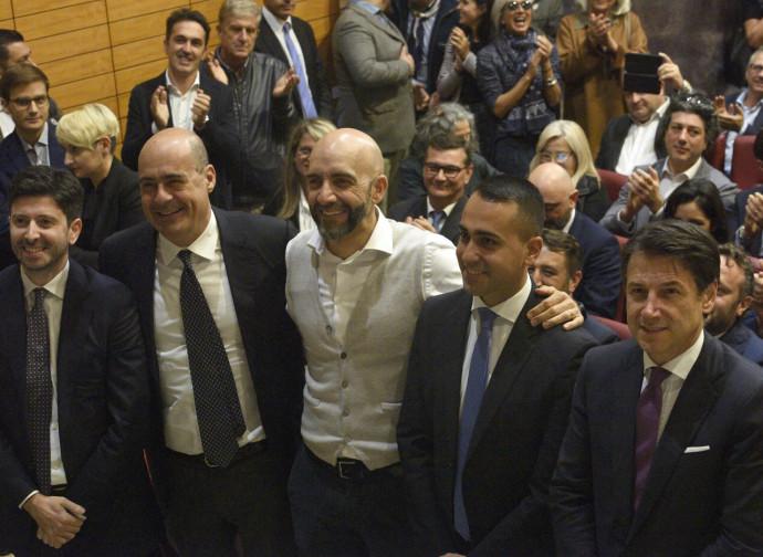 La foto di gruppo PD-M5S in Umbria