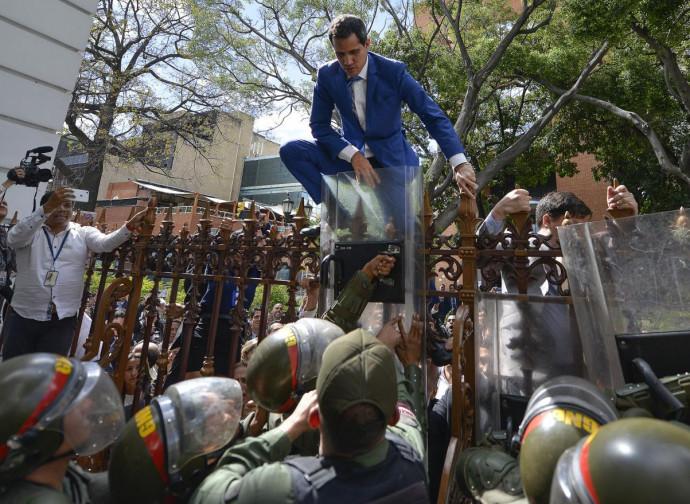 Juan Guaidò sfida l'esercito per entrare nel Parlamento
