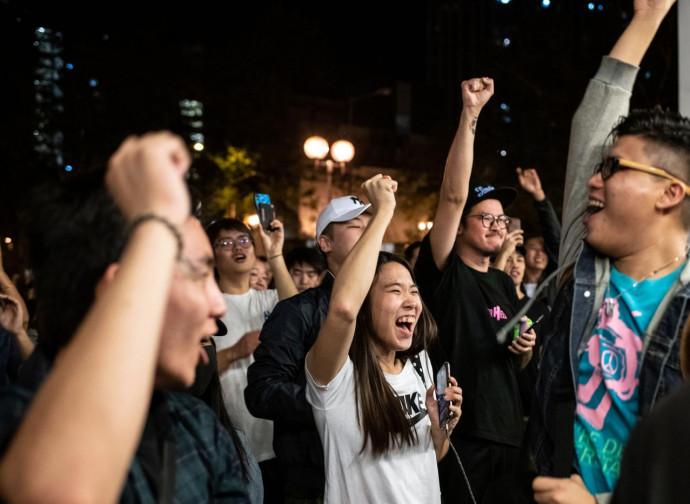 Hong Kong, festa dei democratici dopo le elezioni