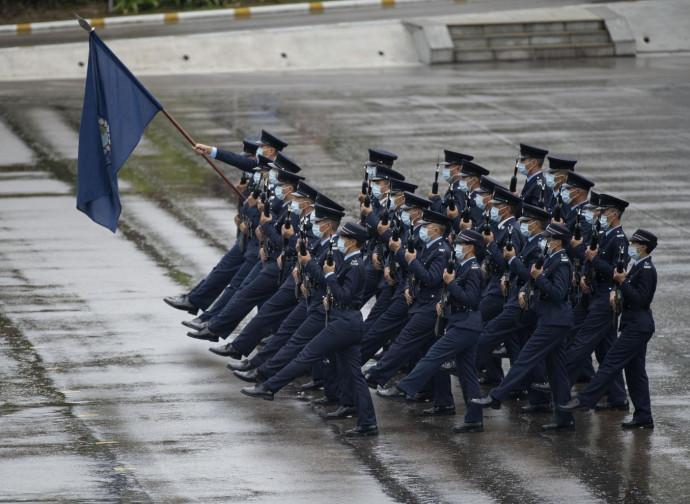 Polizia di Hong Kong, con il nuovo passo dell'oca mutuato dalla Cina comunista