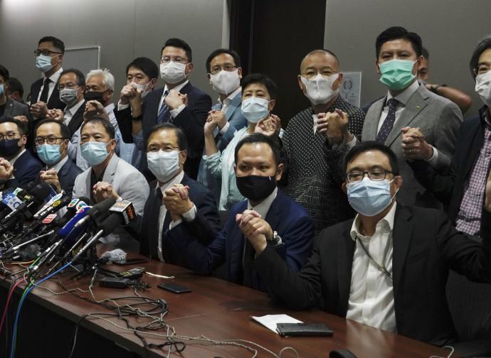 I deputati democratici di Hong Kong dopo le dimissioni in blocco