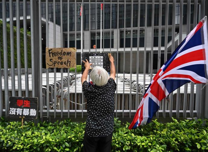 Bandiere inglesi e cartelli di protesta di fronte al Consiglio Legislativo di Hong Kong