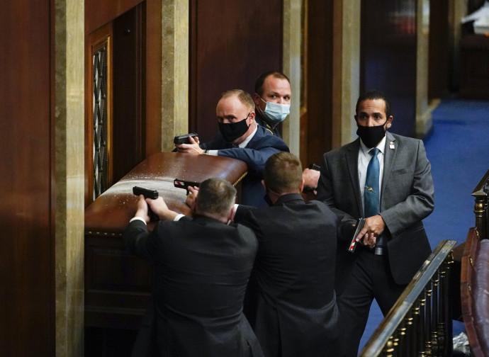 Agenti in borghese proteggono la Camera durante l'incursione