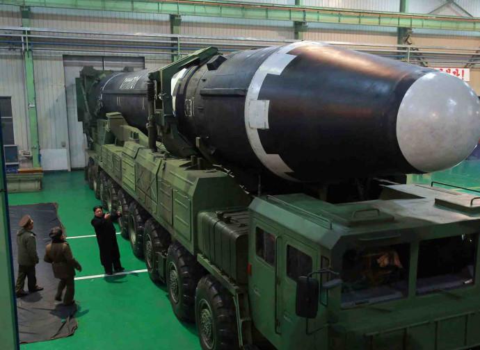 Kim Jong un ispeziona il nuovo missile