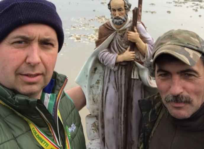 I due agricoltori con la statua ritrovata
