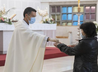 Comunione in mano, attacco dei protestanti al sacerdozio