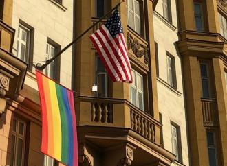 Bandiere arcobaleno sulle ambasciate USA