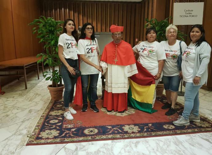 Le militanti boliviane con il nuovo cardinale