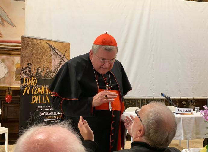 Il cardinal Burke si intrattiene col pubblico dopo il suo intervento