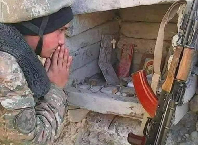 Soldato prega la Madonna