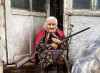 Anziana abbraccia un fucile