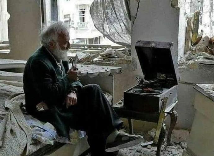 Anziano nella casa bombardata