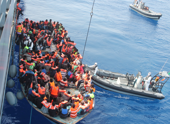 Immigrati soccorsi da navi militari europee