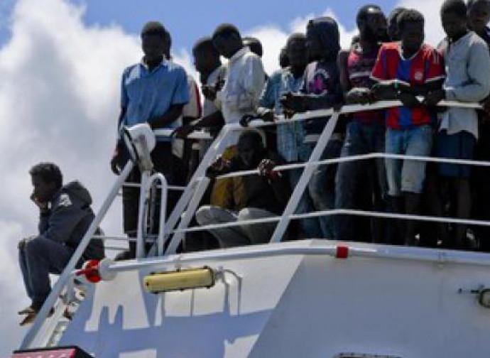 Immigrati a bordo di una nave militare