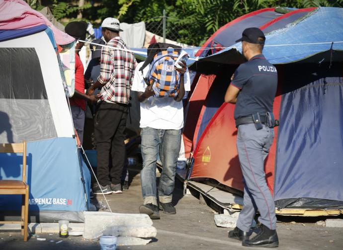 Azione di polizia in una tendopoli di immigrati