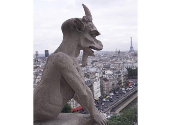 Gargouille sulle guglie di Notre Dame a Parigi