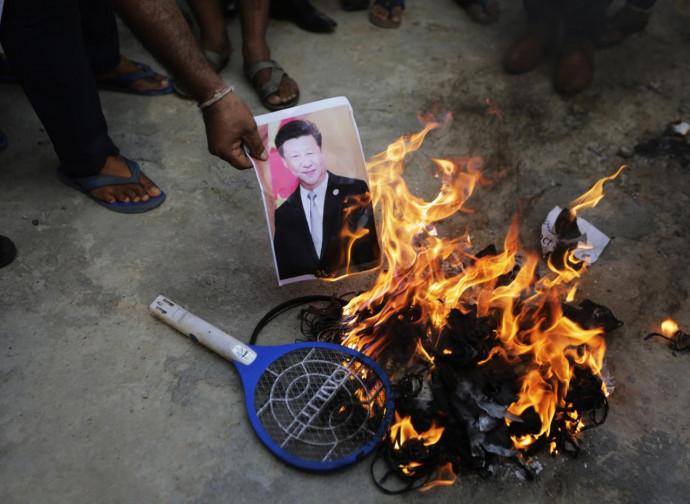 Manifestazione anti-cinese in India. Bruciata la foto di Xi Jinping