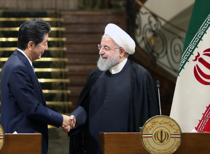 Il presidente iraniano Rouhani riceve a Teheran il premier giapponese Shinzo Abe