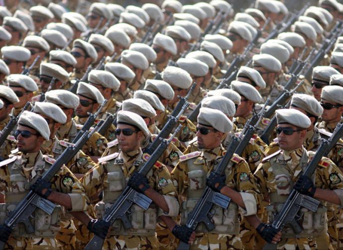 Truppe iraniane in parata
