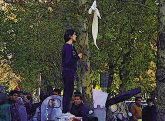 Donne contro gli ayatollah: «Avete rubato l'Iran»
