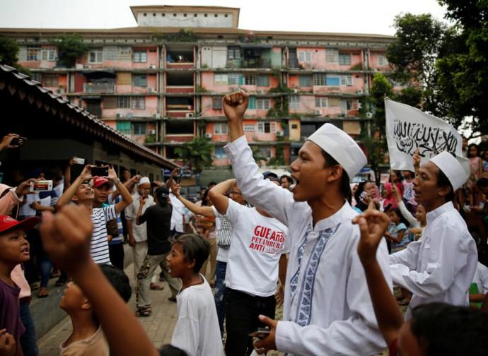 Gruppi islamici festeggiano la vittoria a Giakarta del loro governatore