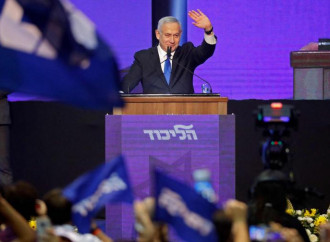Il premier Netanyahu saluta i suoi sostenitori