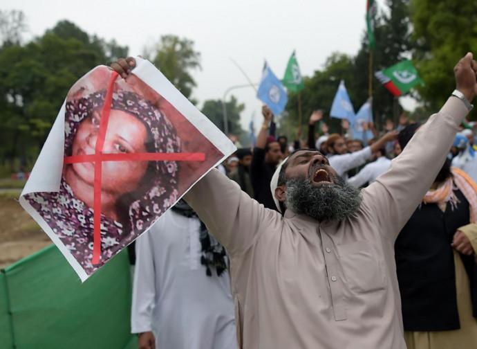 Islamisti in marcia per impiccare Asia Bibi