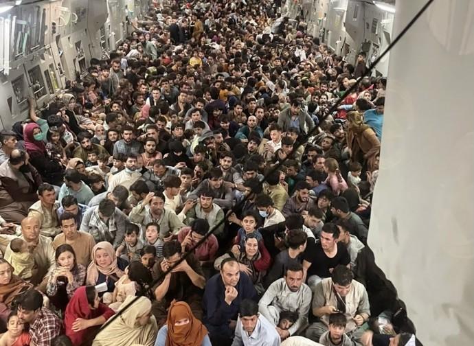 Kabul, foto simbolo della fuga