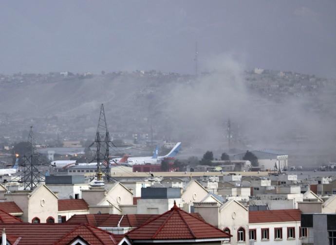 Kabul, il fumo dell'esplosione dell'attentato