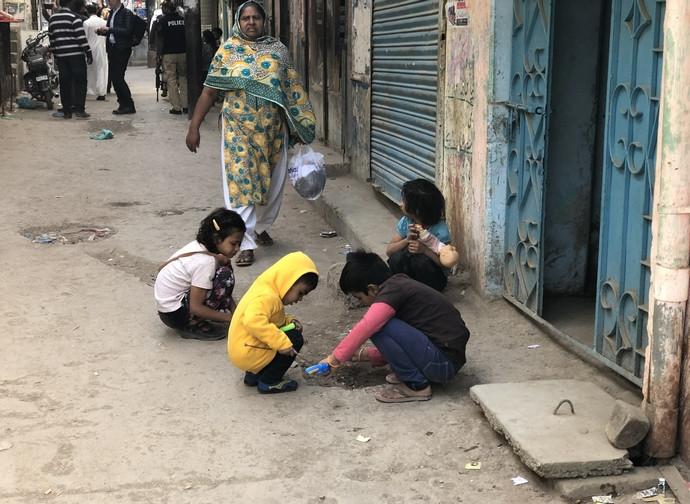 Bambini nel quartiere cattolico di Essanagrì a Karachi