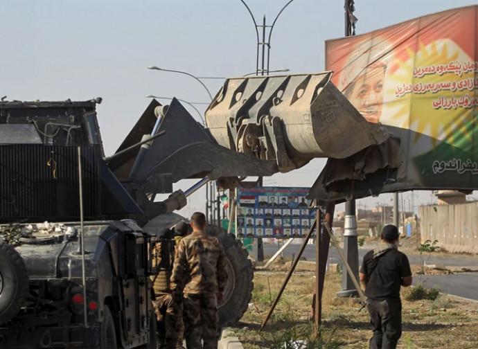 Gli iracheni abbattono i simboli del dominio curdo su Kirkuk