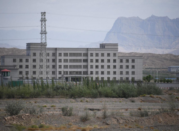 Un campo di rieducazione nello Xinjiang (scuola di avviamento professionale, secondo le autorità)